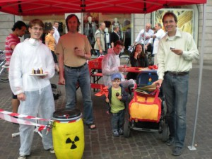 Gebastelte Windräder, AKWs zum Aufessen und Infomaterial – der Juso-Wahlkampfstand